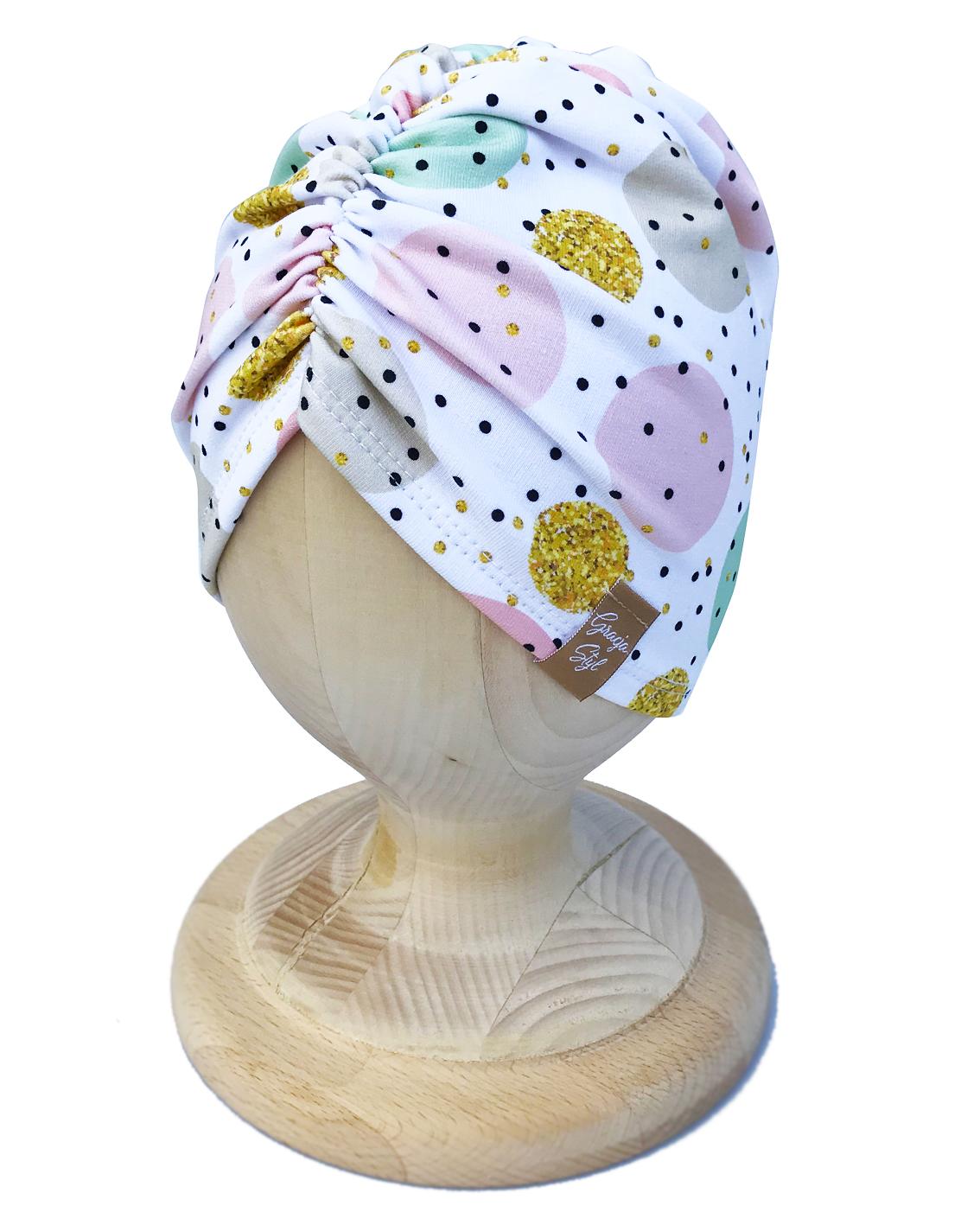 Czapka TURBAN piękna ozdoba główki dla malucha jak i zarówno dla starszych dziewczynek. Wykonany z POJEDYNCZEJ elastycznej dresówki idealny na chłodniejsze dni. Super zamiennik dla czapek chust, kapeluszy. Dzięki zastosowaniu wysokiej jakości dresówki oraz domieszce elastanu dzianina dobrze się układa, zapobiega przesunięciu się a co za tym idzie w trakcie użytkowania nie zsuwa się z USZÓW. Z racji użycia pojedynczej ilości materiału zestaw dedykujemy na wiosenną porę.