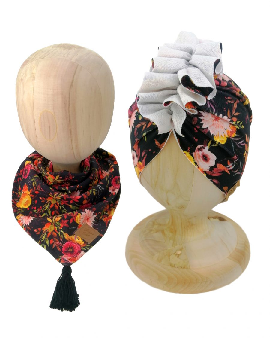 Zestaw czapka turban z chustą. Uszyty z pojedynczej miłej w dotyku dresówki. Marka Gracja Styl. Wzór kwiaty na czarnym tle.