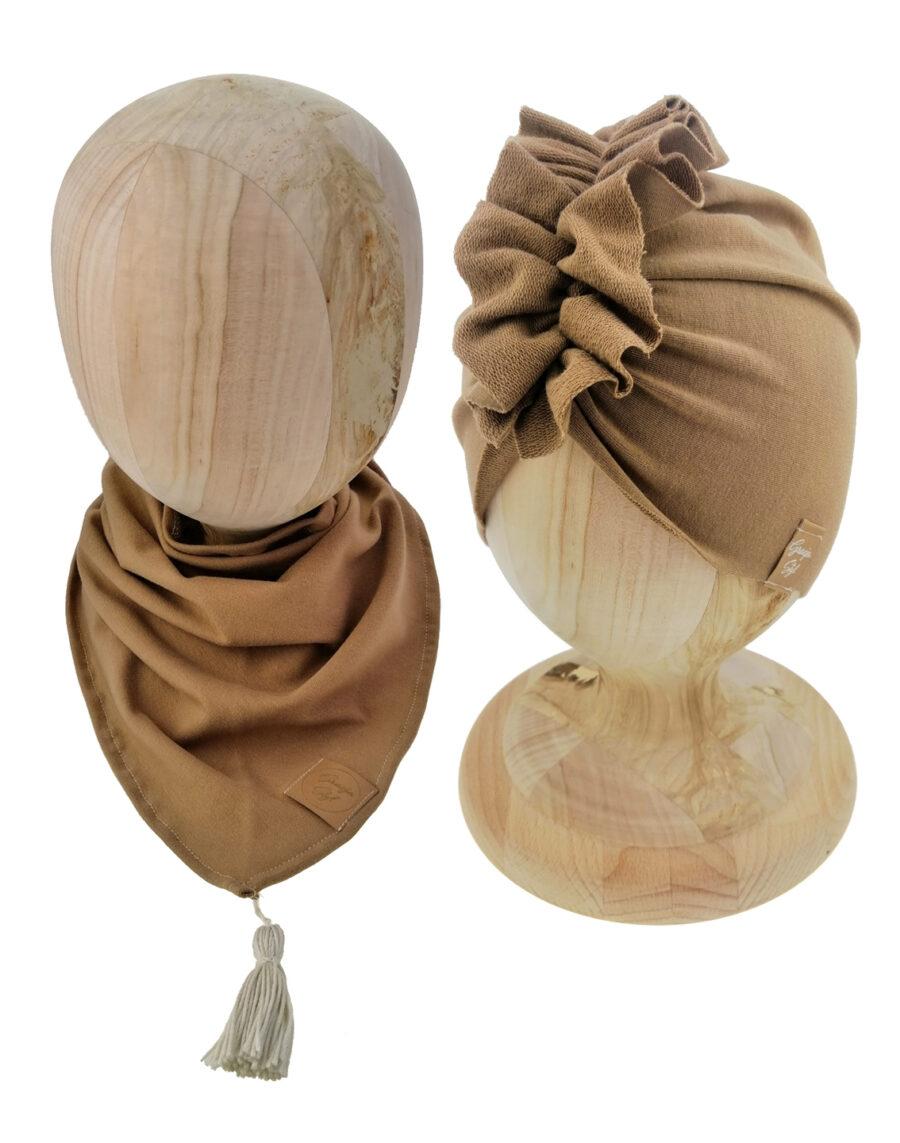 Zestaw czapka turban z chustą. Uszyty z pojedynczej miłej w dotyku dresówki. Marka Gracja Styl. Kolor cappuccino