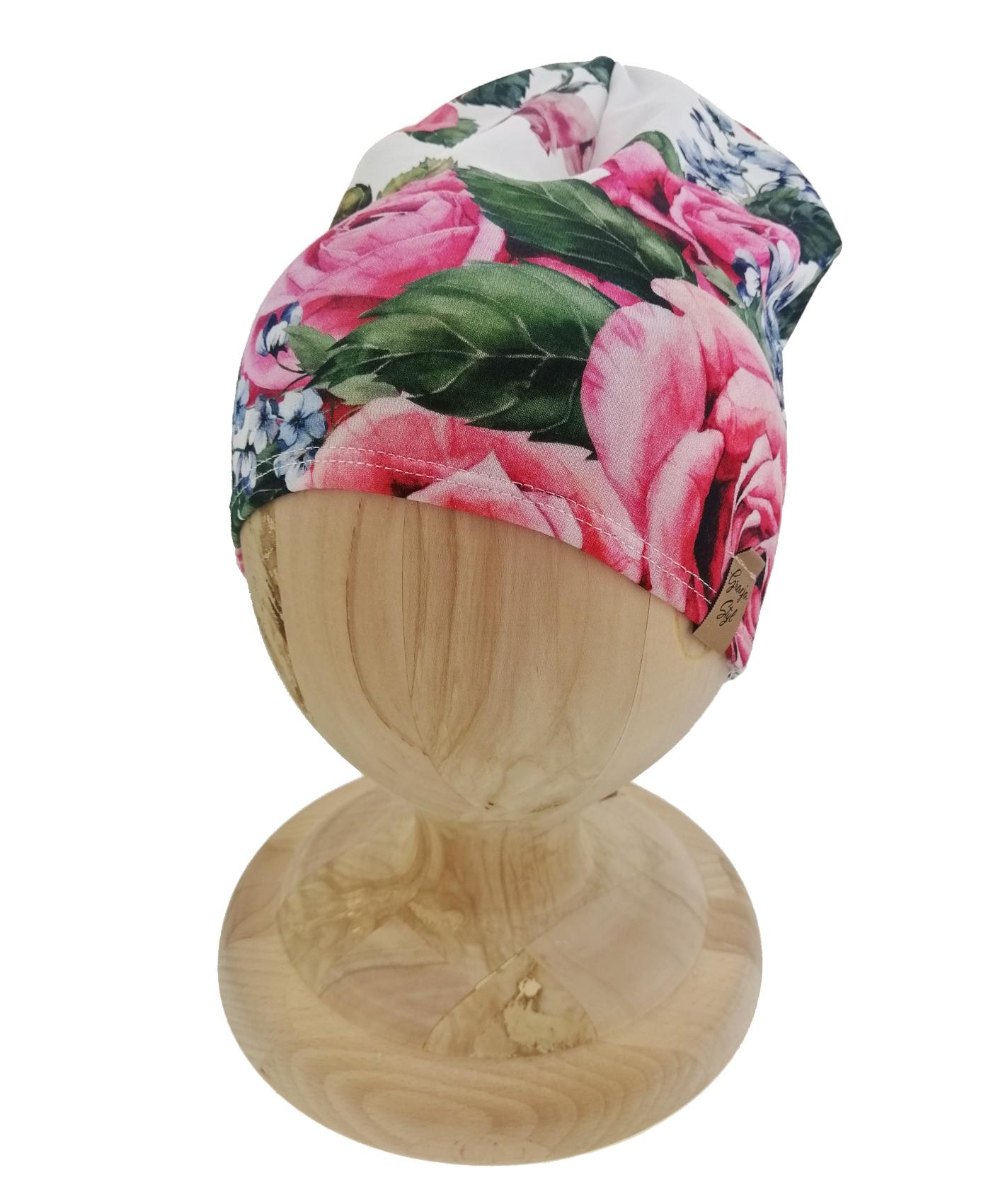 Czapka typu smerfetka. Uszyta z bawełny pętelkowej. Marka Gracja Styl. Dzikęi domieszcze elastanu czapka dobrze dopasowuje się do głowy. Wzór kwiatowy róża