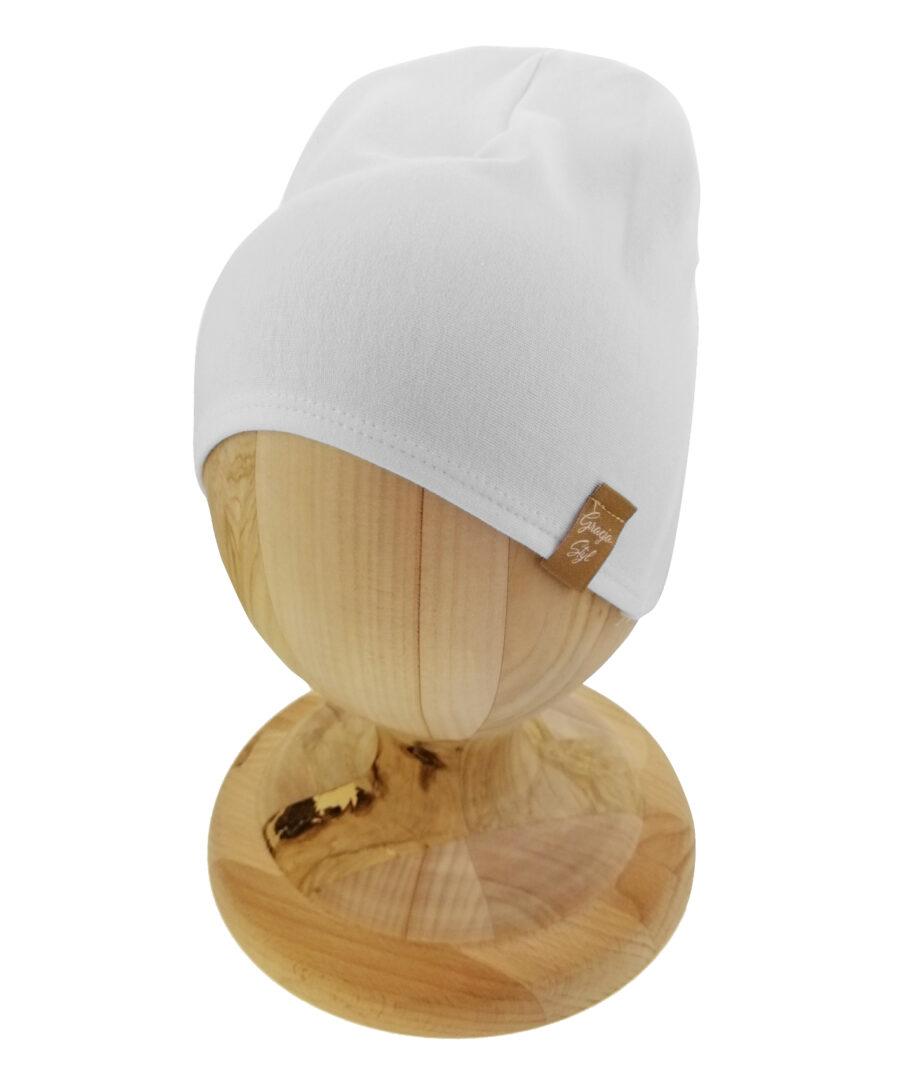 Czapka typu smerfetka, uszyta z bawełny petelkowej. Kolor biały.