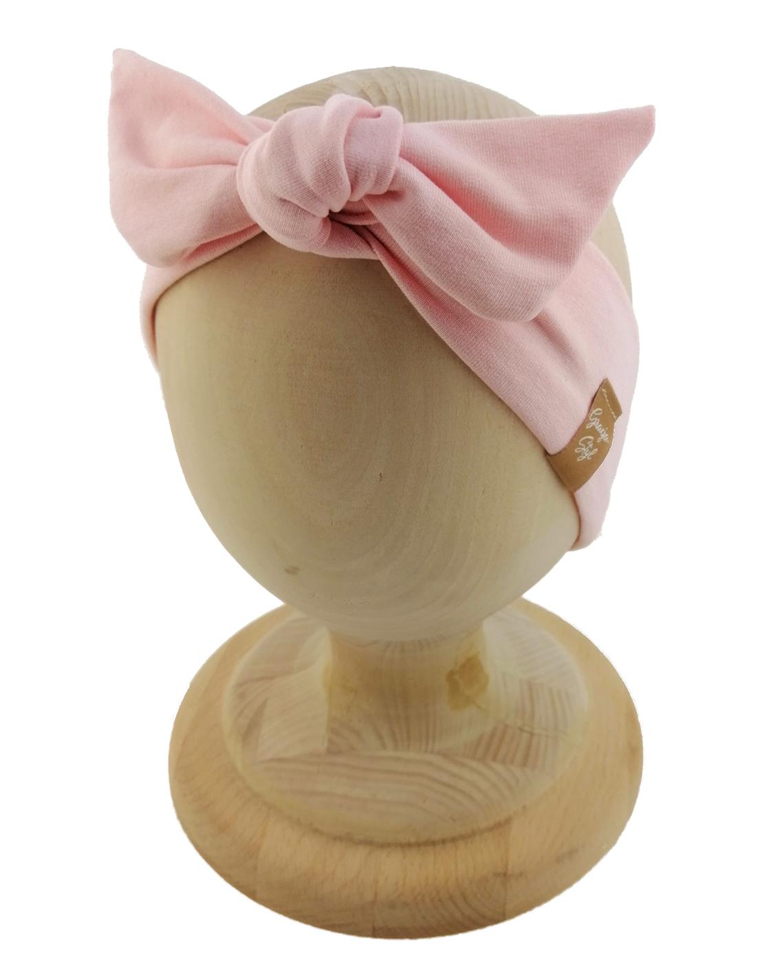 Opaska kobieca typu Pin-up marki Gracja Styl. Uszyta z bawełny petelkowej typu dresówka. Kolor różowo-łososiowy.