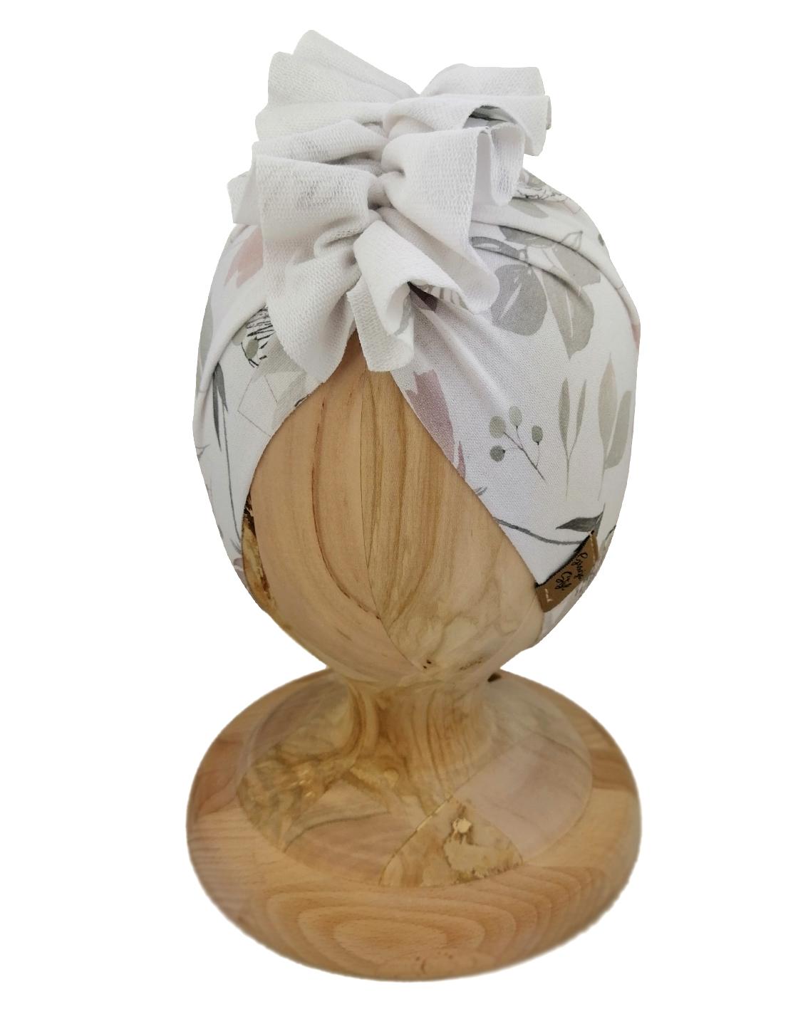 Czapka turban dziecięca marki Gracja styl. Wzór Bloomflowers przedstawiający motyw kwiatowy w odcieniu szarości. Produkt polski wykonany z dresówki
