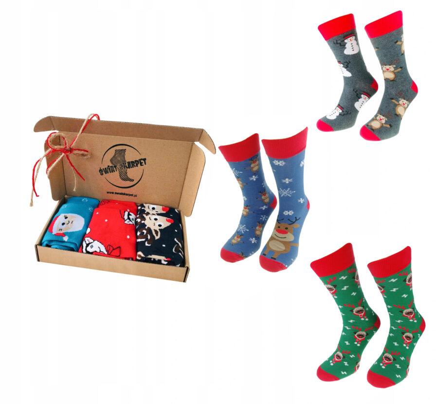Zestaw skarpet męskiech świątecznych marki Milena model avangard. Pakowane w stylowe pudłko zdobione wstążką oraz logiem Świat skarpet. Zestaw zawiera 3 sztuki skarpet klasycznych.