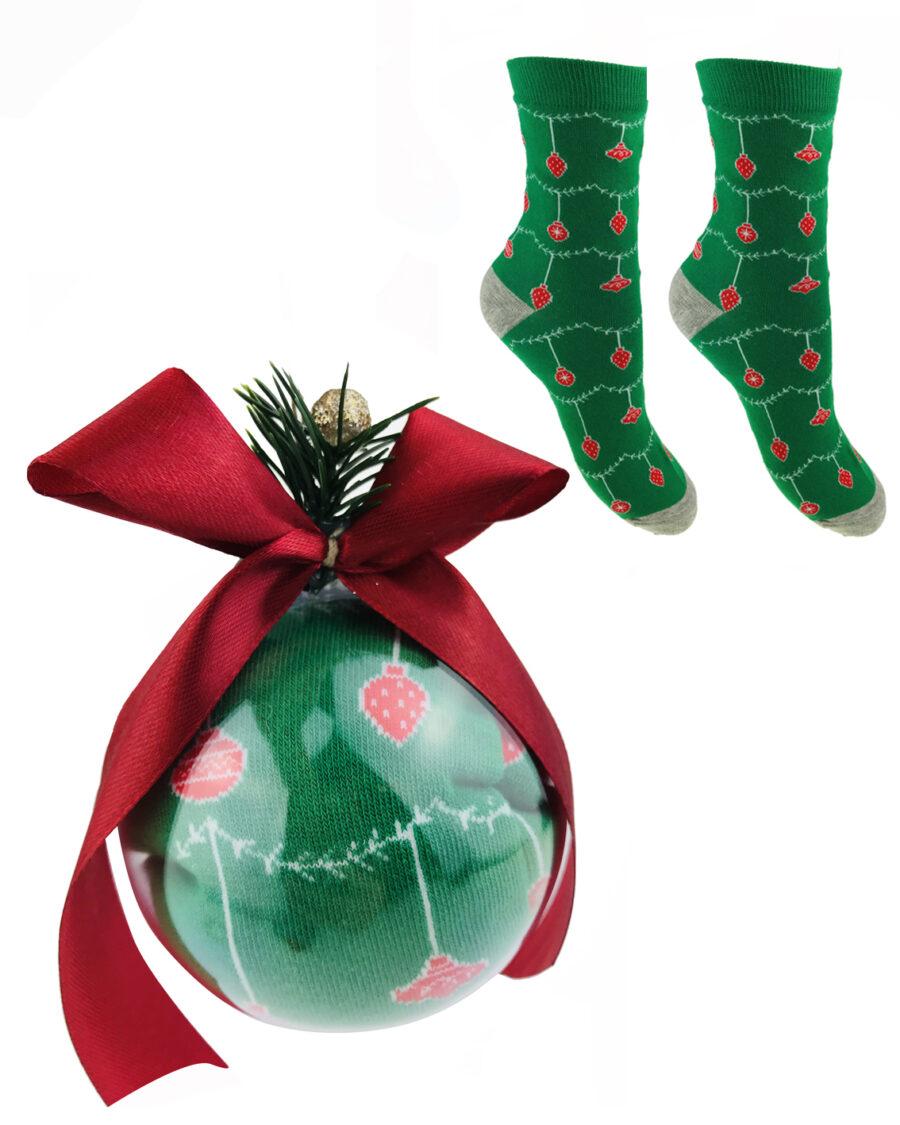 Bombka akrylowa rozmiar 10 cm. W środku skarpetka damska świąteczna marki moraj. Idealny prazent dla bliskiej Ci osoby.