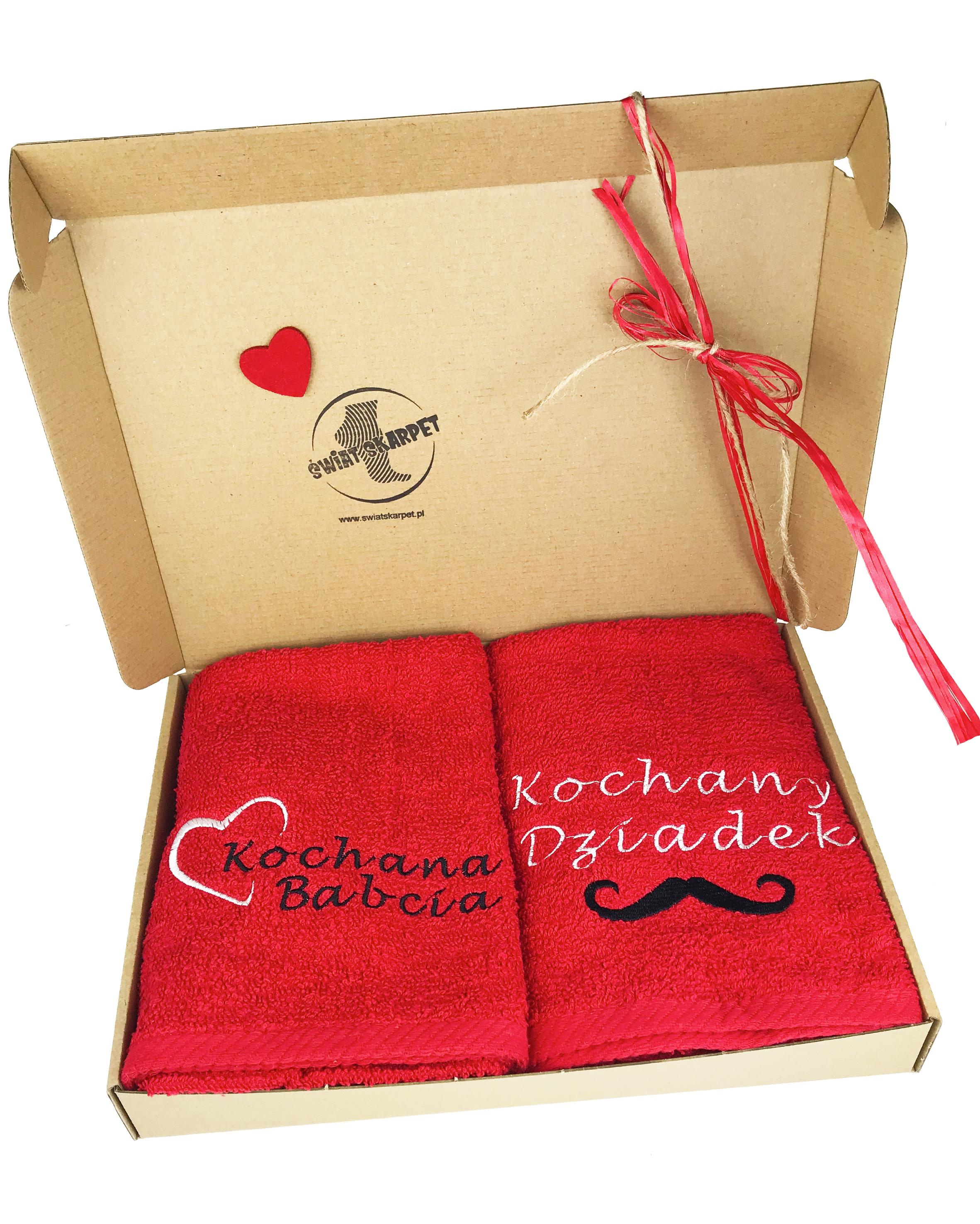 Zestaw 2 ręczników frotte z motywem kochana babcia oraz kochany dziadek. Opakowane w eleganckie pudelko.