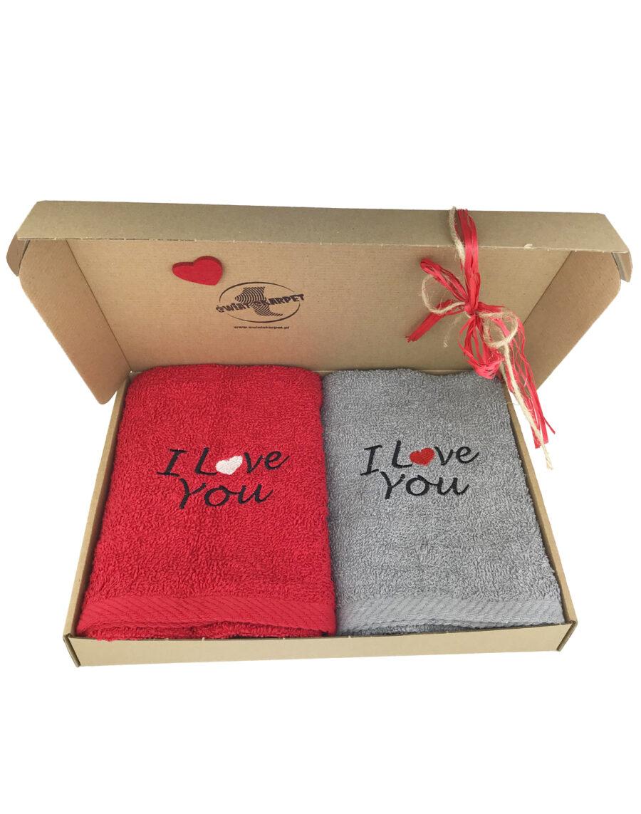 Zestaw 2 ręczników frotte z motywem I love You na Walentynki. Opakowane w eleganckie pudełko.