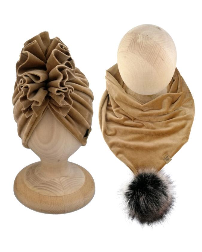 Zestaw dla dzieci uszyty z podwójnego weluru. Zestaw składa się z czapki typu turban oraz chusty zdobionej mięsistym pomponem.
