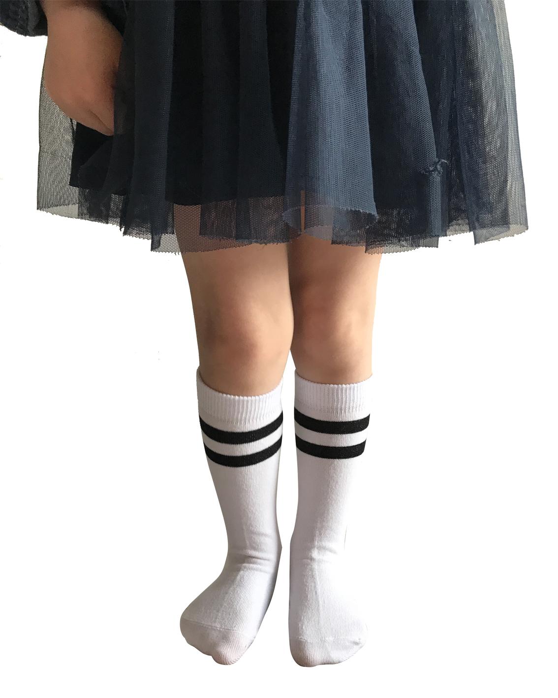podkolanówki bawełniane dziecięce marki Milusie. Ozdobione paskami u góry. Kolor biały.