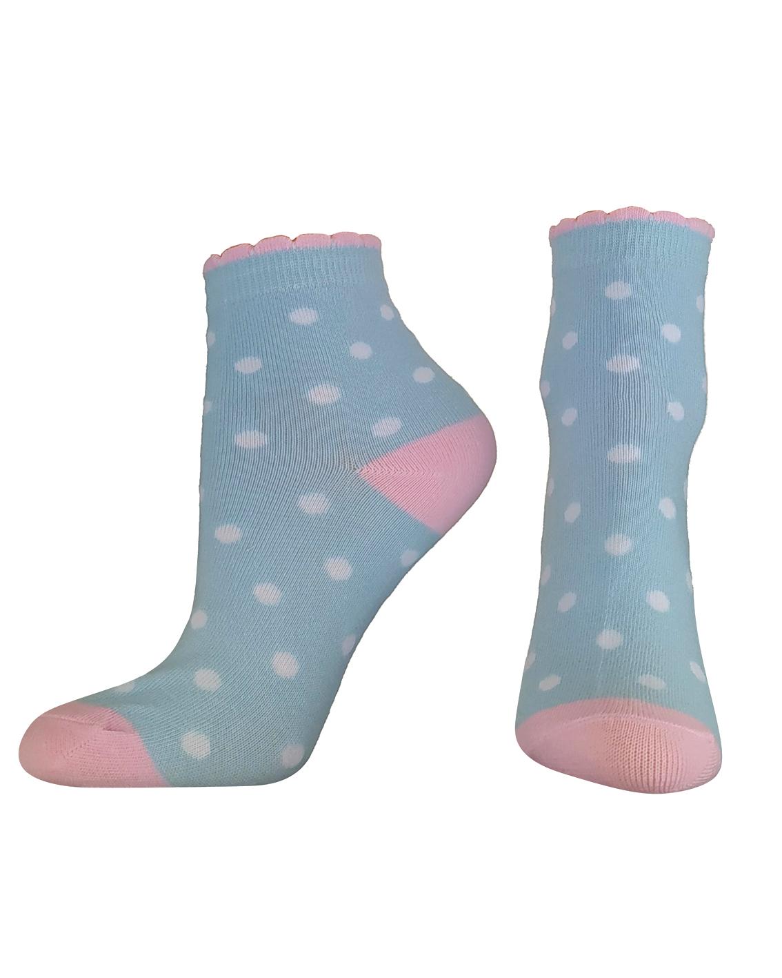 Wzorzyste dziecięce skarpetki wykonane z lekkiej tkaniny przepuszczającej powietrze dlatego w trakcie użytkowanie nóżka dziecka nie poci się. Skarpetki z bardzo dobrym składem powodują wysoki komfort noszenia zdobione w kropeczki białe