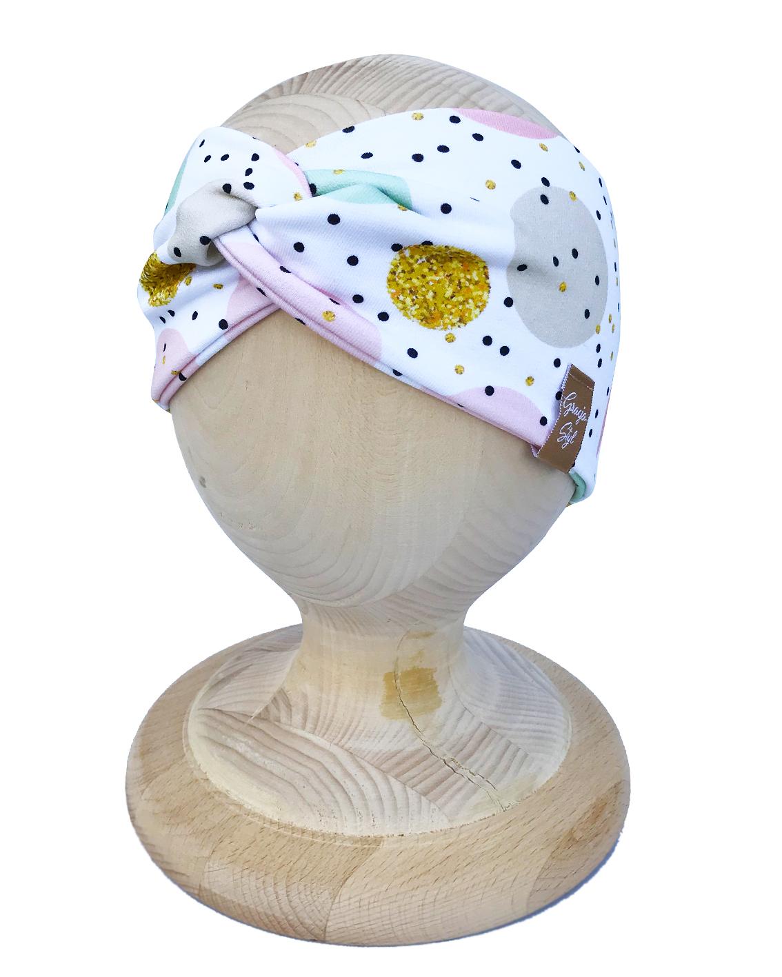 Opaska PRZEPLATANA piękna, efektowna ozdoba główki dla malucha jak i zarówno dla starszych dziewczynek. Wykonany z wysokiej jakości elastycznej dresówki idealne zarówno na upały oraz zimniejsze dni. Dzięki zastosowaniu wysokiej jakości dresówki oraz domieszce elastanu dzianina dobrze się układa, zapobiega przesunięciu się a co za tym idzie w trakcie użytkowania nie zsuwa się z USZÓW. Absolutny must have sezonu.